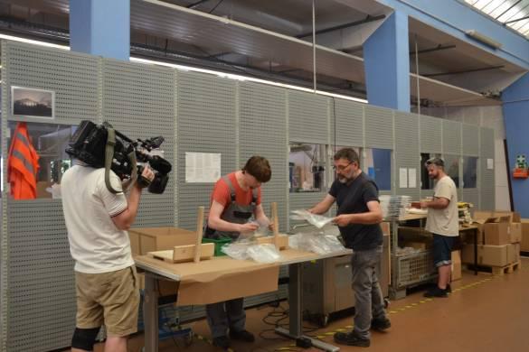 Jens Uthof, Armin Reinhart und Attila Tandogan (von links) verpacken die Bücher für das Parthenon