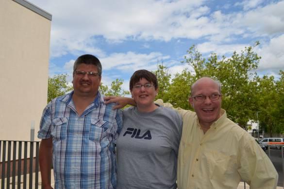 Markus Knop, seine Frau Gabi Knop und Michael Hüsing (von links) freuen sich auf das Jubiläumsfest am 5. August im Markt 5 – Haus der Begegnung