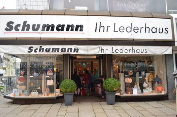 Im Lederhaus Schumann werden die Taschenobjekte von Krista Pforr präsentiert