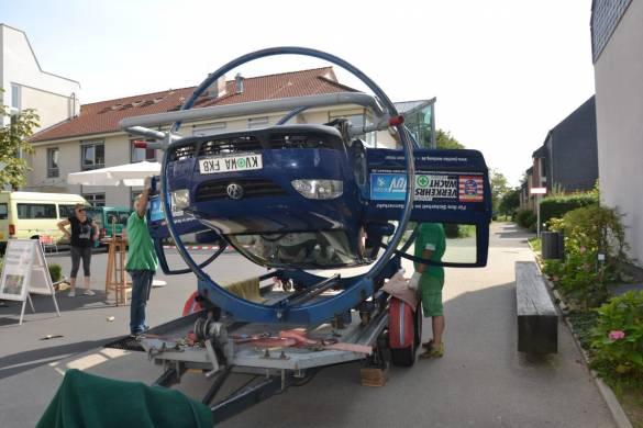 """Mitarbeiter des Fahrsicherheitszentrums in Bad Arolsen """"retteten"""" Personen aus dem Überschlags-Rettungs-Simulator"""