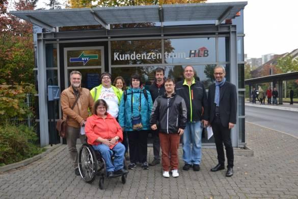 Erlebten gemeinsam einen interessanten Tag bei der KVG: Klaus Bertram (links) und Michael Wiesenhütter (rechts) zusammen mit den Teilnehmenden des ersten Live-Trainings