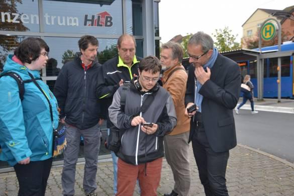 Learning by doing: Klaus Bertram und Michael Wiesenhütter (rechts im Bild) gehen gemeinsam mit den Teilnehmenden die Angaben der NVV-App durch.