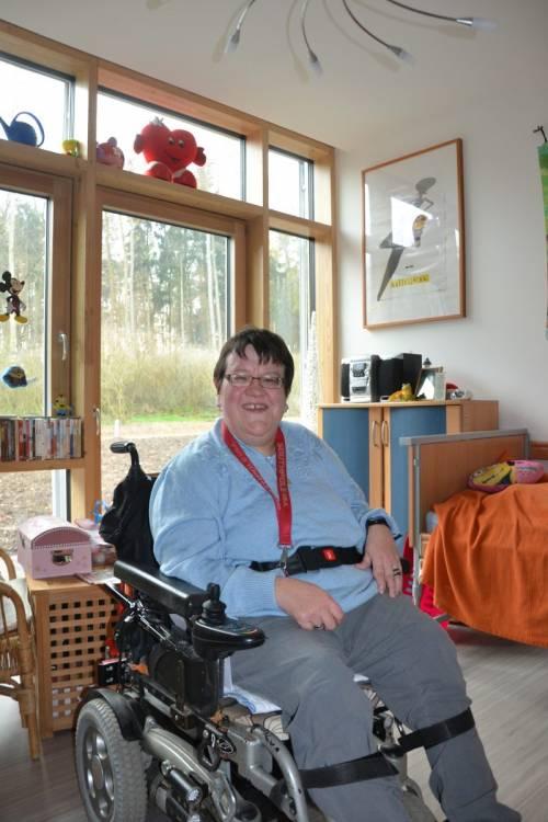 """""""Hier fühle ich mich zuhause"""": Beate Langer zeigte den interessierten Besucherinnen und Besuchern ihr individuell eingerichtetes Apartment im """"Haus an der Allee"""""""