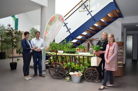 Projektleiterin Silvia Kann-Staudt, Bürgermeister Ingo Böhm, Gärtnerin Kerstin Beck und Ulrike Fleischert (von links) freuen sich über den neuen Verkaufsstand im Foyer des Rathauses.