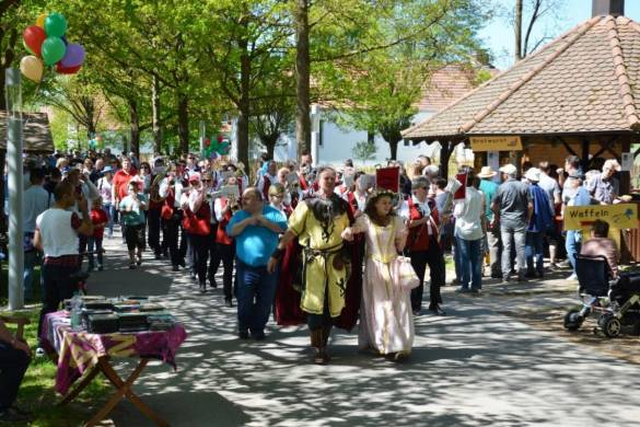 Ritter Dietrich und Dornröschen eröffneten zusammen mit den Fanfarenzug Hofgeismar das Frühlingsfest der Vielfalt