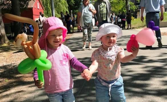 Mathilda und Klara freuen sich über ihre Luftballontiere.