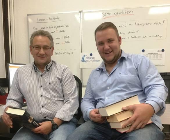 """Jürgen Bonk (links) und Partick Franke sortieren Bücher für das Projekt """"Vielfalt lesen"""""""