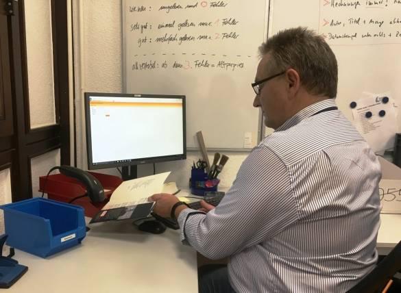 Jürgen Bonk scannt die ISBN für die weitere Bearbeitung