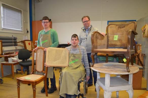 Julian Blumenstein, Benedikt Fricke und Harald Jakob (v.l.) sind stolz auf die fertig bearbeiteten Möbel.
