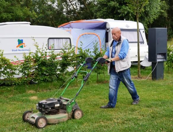 Gero Schneiderbanger mäht den Rasen