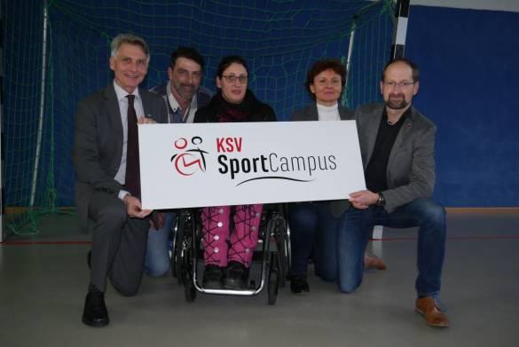 Joachim Bertelmann, Michael Boddener, Katharina Tielmann, Katrin Eschstruth und Timo Gerhold präsentieren das neue Logo vom SportCampus. Foto: Kira Werner