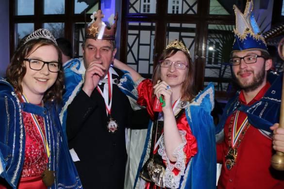 Blaublütige unter sich: Virginia Quade und Jonas Böttner (außen), Prinzenpaar der Goldenen Elf posieren hier mit dem BDKS-Prinzenpaar Karlfred Thöne und Brigitte Deutsch für ein Erinnerungsfoto. Foto: Temme