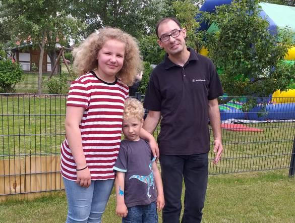 Marian Neumann (rechts) freute sich, dass seine Familie zum Fest der Vielfalt kam: seine Nichte Rosalie Walle und ihr Bruder Max ließen sich ein Glitzertattoo aufmalen.
