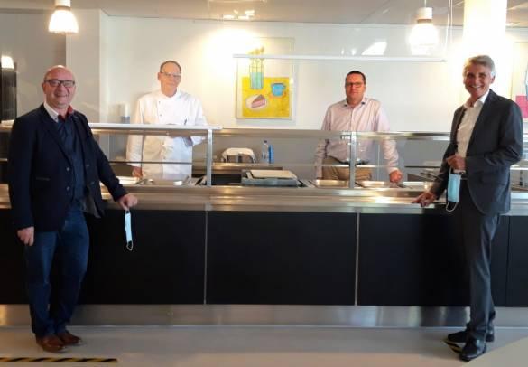 Gemeinsam achten Kay Lotze, Erwin Cecchini, Timo Jahn und Joachim Bertelmann (von links) auf ausreichenden Abstand und Hygiene bei der Speisenausgabe