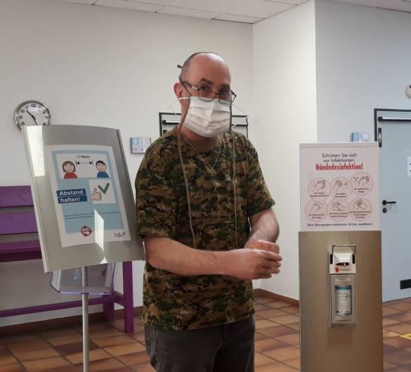 Thomas Liebermann arbeitet seit heute wieder in den Hofgeismarer Werkstätten. Sorgfältig achtet er auf alle geltenden Hygieneregeln. Foto: Claudia Lieberknecht