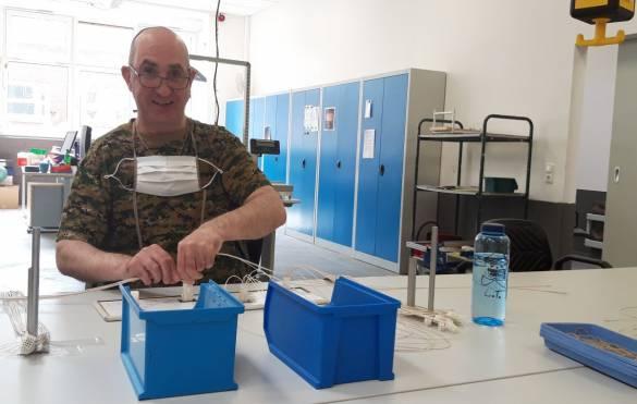 An seinem Arbeitsplatz kann Thomas Liebermann auf seinen Mundschutz verzichten, da er die geltenden Abstandsregeln einhält. Er freut sich, dass er ab heute wieder zur Arbeit in den Hofgeismarer Werkstätten kommen kann. Foto: Claudia Lieberknecht