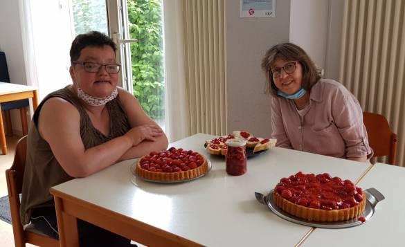 Anja Koch und Pfarrerin Barbara Gallankamp (von links) genießen zusammen frischen Erdbeerkuchen in der GHW Foto: Daniela Hanne
