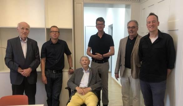 Wolfgang Westhofen, Jan Röse, Horst Glahn, Michael Conzelmann und Ulrich Malucha (von links) wurden von Steffen Knoop (rechts im Bild) durch die umgebaute und sanierte Villa Landgraf Karl geführt Foto: Antonia Jungermann