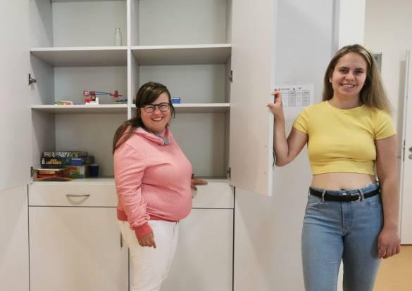 Gina Humbug und Lea Welslau (von links) freuen sich über die neuen Schränke, die großzügigen Stauraum bieten und sich sehr gut in das Ambiente der Villa Langraf Karl einfügen Foto: Claudia Lieberknecht