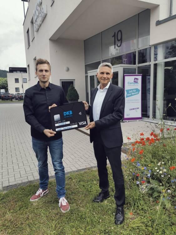 Tim Range und Joachim Bertelmann freuen sich über die großzügige Spende