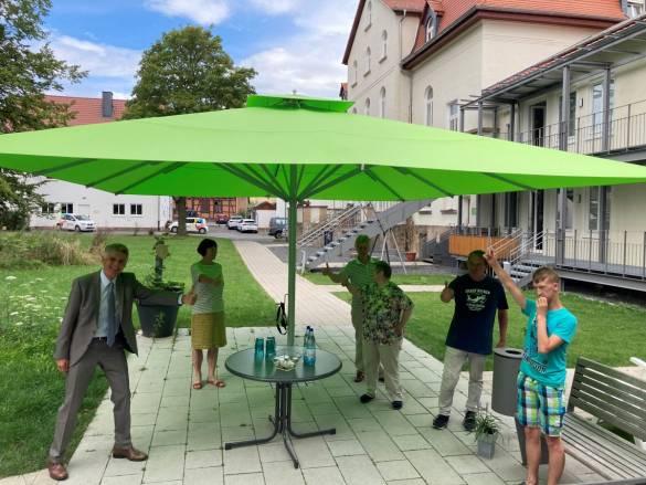 Ausreichend Platz im Schatten auf der Terrasse im Alten Landratsamt in Hofgeismar