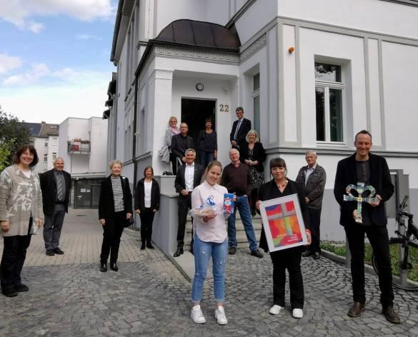 Bewohner*innen, Mitarbeiter*innen und Gäste feierten die Einweihung der Villa Landgraf Karl Foto: Claudia Lieberknecht