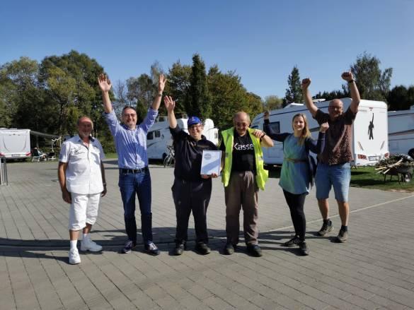 Das Team vom Campingplatz Kassel rund um Geschäftsfeldleiter Markus Siebert (zweiter von links) und Gruppenleiter Gunnar Fehling (rechts) freut sich über die Auszeichnung Foto: Claudia Lieberknecht