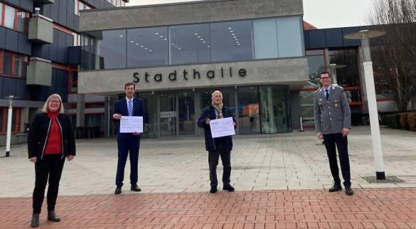 Bürgermeisterin Silke Engler, Gerrit Jungk (Vorstand bdks), Oberst a.D. Dirk Engels (1. Vorsitzender AfbM) und Oberstleutnant Tobias Terhardt (Leiter des Heeresmusikkorps Kassel) freuen sich über das gelungene Konzert und über das tolle Spendenergebnis.
