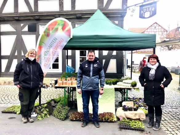 Kerstin Beck, Anna Zaporozeths und André Stern vom Küchengarten Kloster Haydau verkaufen die selbst geernteten Produkte auf dem Melsunger Wochenmarkt.