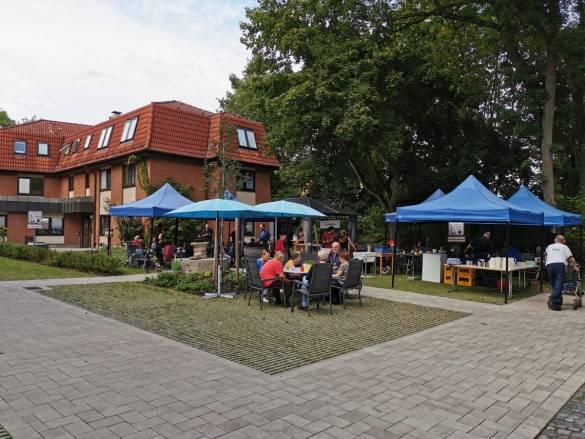 Außenanlage der EFW mit Zelten und Gästen